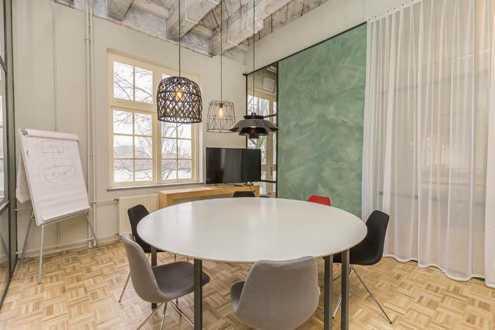 Foto vergaderruimte met tafels en lampen
